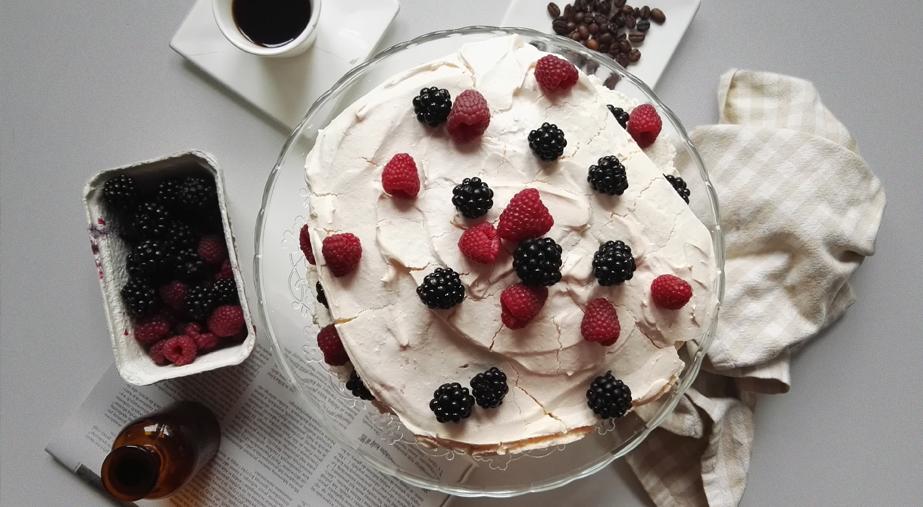 Bezowy tort z kawowym kremem